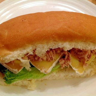 ツナレタスカマンベールのサンドイッチ
