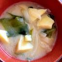 たまねぎとわかめと高野豆腐の味噌汁