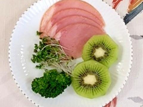 ロースハムとキウイのミニサラダ