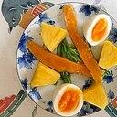 水菜、パイン、ゆで卵、マンゴーのサラダ