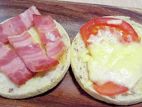 ベーコンとトマトチーズのオープンサンド