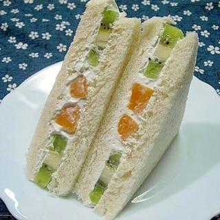 キウイと黄桃のフルーツサンド