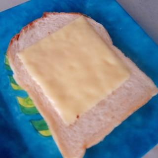フライパンで温めるチーズトースト