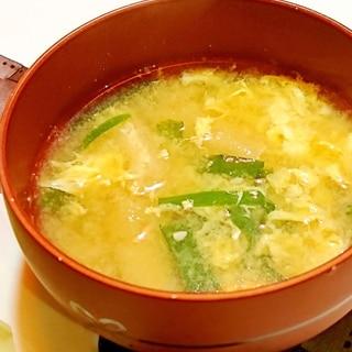ニラと油揚げと卵のお味噌汁