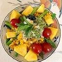 ルッコラ、ロースハム、パイン、ミニトマトのサラダ