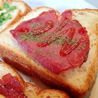 ローストビーフのケチャップかけチーズデニッシュパン