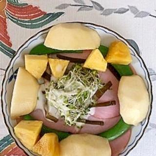リーフレタス 、茎わかめ、ラ・フランスのサラダ