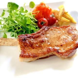 骨付き豚ロースのガーリックステーキ