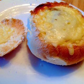 くり抜いたパンでカレーチーズパン