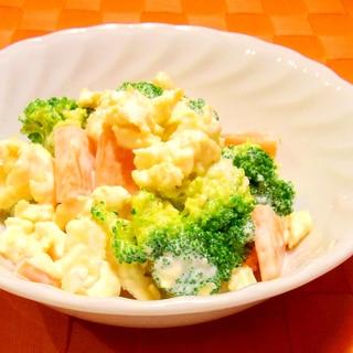 ブロッコリーと炒り卵と人参のサラダ