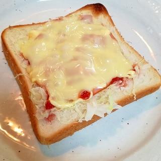 千切りキャベツとロースハムとチーズのトースト