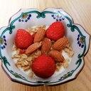 フルグラと苺とアーモンドのヨーグルト