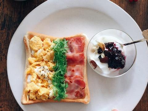 スクランブルエッグ、わさび菜、ベーコン3色トースト