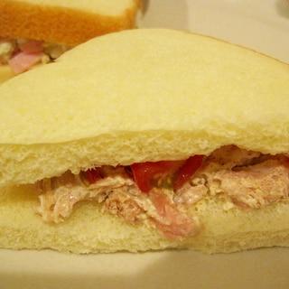 ツナとミニトマトのサンドイッチ