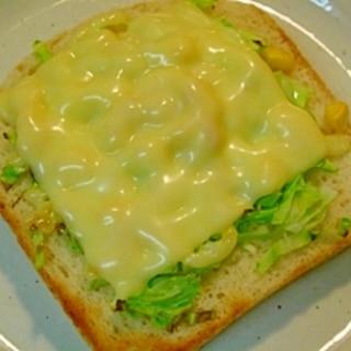 キャベツとコーンのチーズトースト