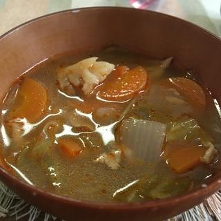 トムヤムクンの素で野菜たっぷりエスニック豚汁